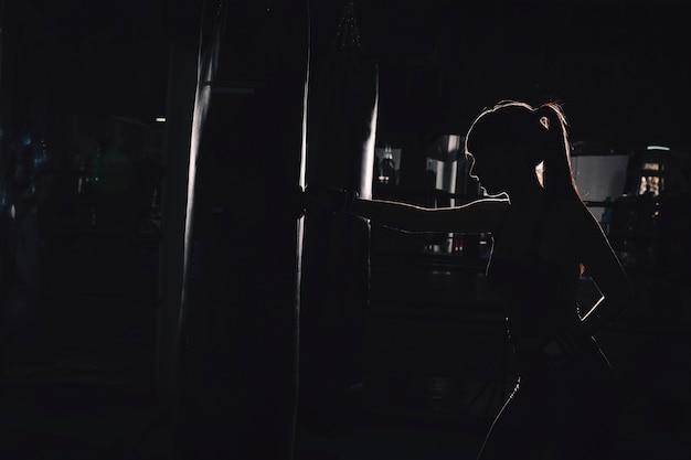 Silhouette de femme boxe Photo gratuit