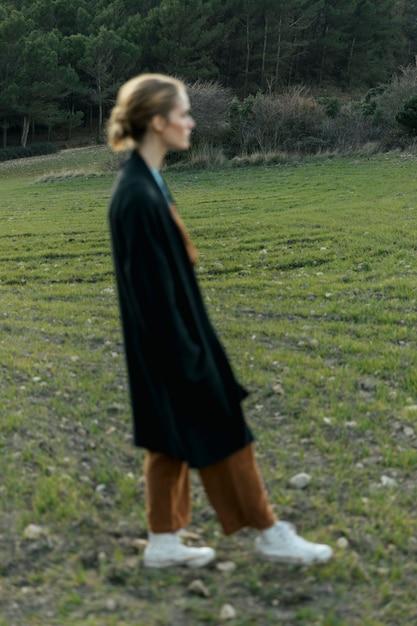Silhouette femme brumeuse dans le champ Photo gratuit