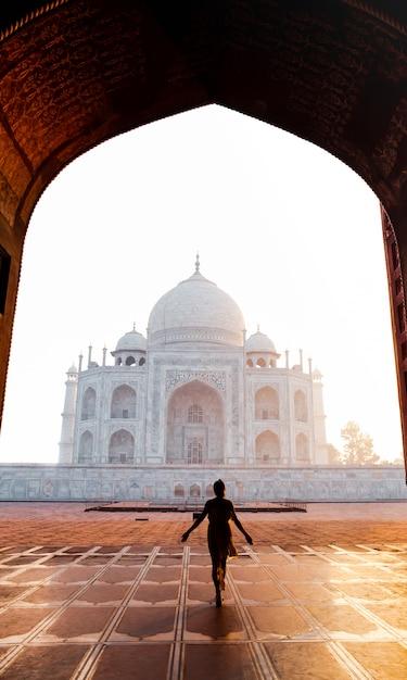 Silhouette femme marchant près du taj mahal à agra en inde. Photo Premium