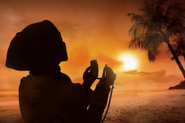 Silhouette de femme musulmane en prière Photo Premium
