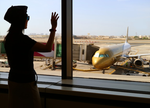 Silhouette, Femme, Onduler, Main, Avion, Aéroport Photo Premium
