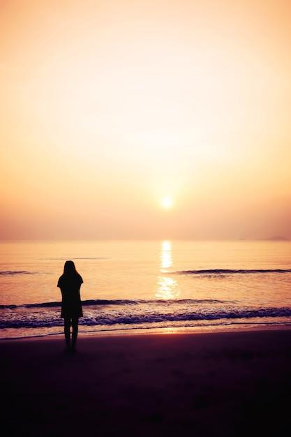 Silhouette de femme sur la plage Photo Premium
