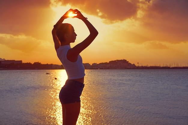 Silhouette De Fille En Forme De Coeur De Coucher De Soleil