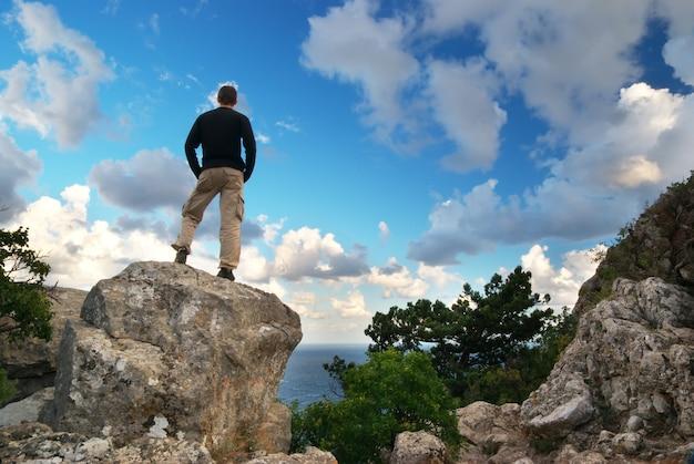 Silhouette D'homme Au Sommet De La Montagne Photo Premium