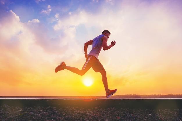 Silhouette D'un Homme Qui Court Sprint Sur Route. Photo Premium