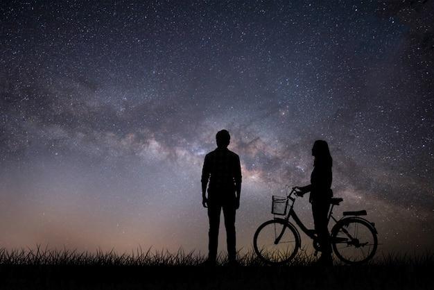 Silhouette, jeune couple amoureux, profite du bon temps ensemble pendant le coucher du soleil. Photo gratuit