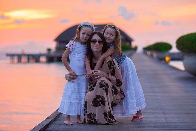 Silhouette De Jeune Maman Et Deux Ses Petites Filles Au Coucher Du Soleil Photo Premium