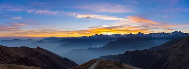 Silhouette de montagne et ciel magnifique au coucher du soleil Photo Premium