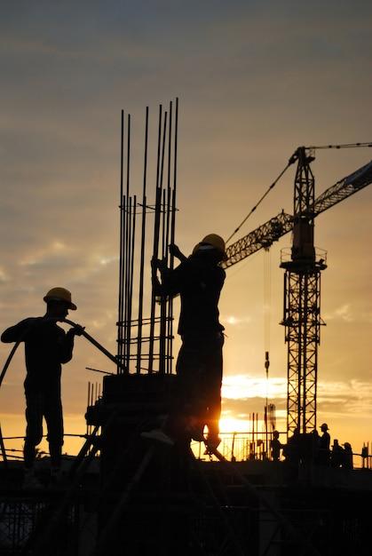 Silhouette d'ouvrier sur le chantier Photo Premium