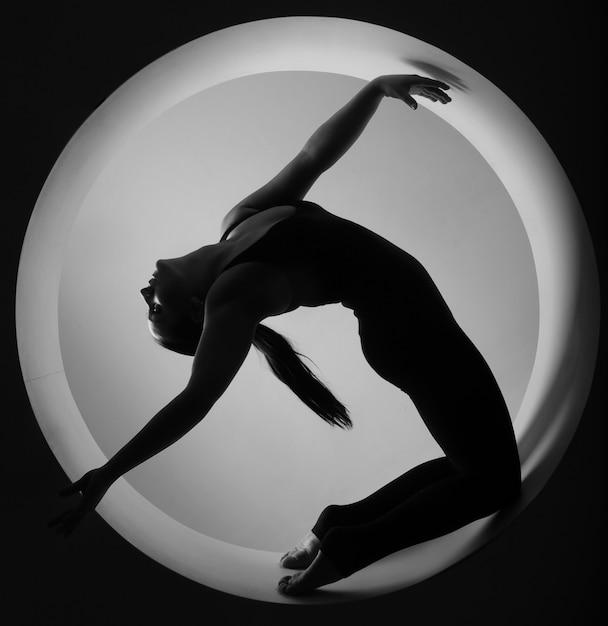 Silhouette sportive femme en cercle Photo Premium