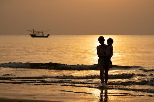 Silhouette, vue, de, famille, prendre vacances, dans, les, heure été, à, scape mer Photo Premium