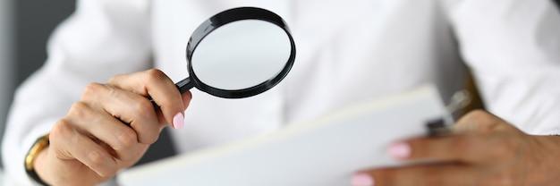 Silhouettes De Femme Tenant Une Loupe Et Des Documents. Recherche De Nouvelles Solutions Et Tâches Pour Le Concept D'entreprise Photo Premium