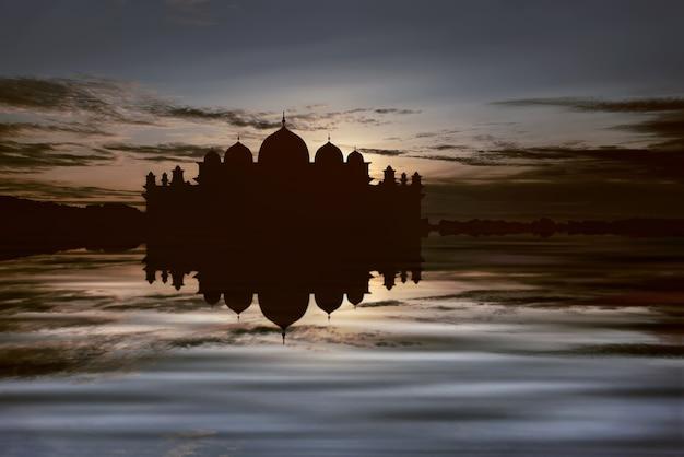 Silhouettes de grande mosquée avec reflet sur l'eau Photo Premium