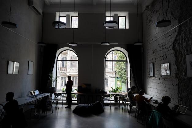Silhouettes De Plusieurs Collègues Communiquant Au Bureau Photo gratuit
