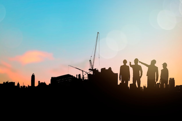 Sillouette du groupe d'ingénieurs et d'entrepreneurs en construction planification et étude d'espace de construction Photo Premium