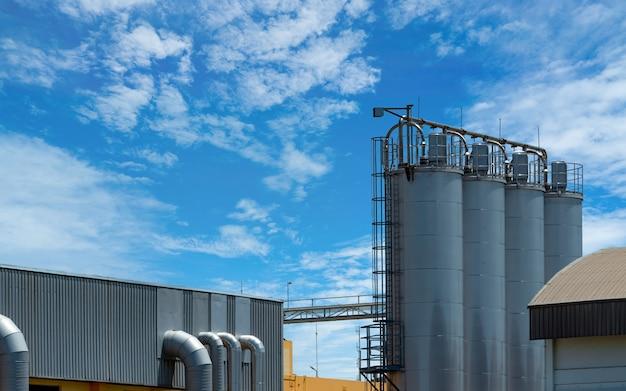 Silo Agricole à L'usine De Moulin. Grand Réservoir Pour Stocker Le Grain Dans La Fabrication D'aliments Pour Animaux. Photo Premium