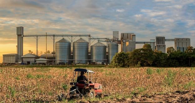 Silos agricoles stockage céréales, blé, maïs, soja, tournesol, ciel bleu, tracteur agricole Photo Premium