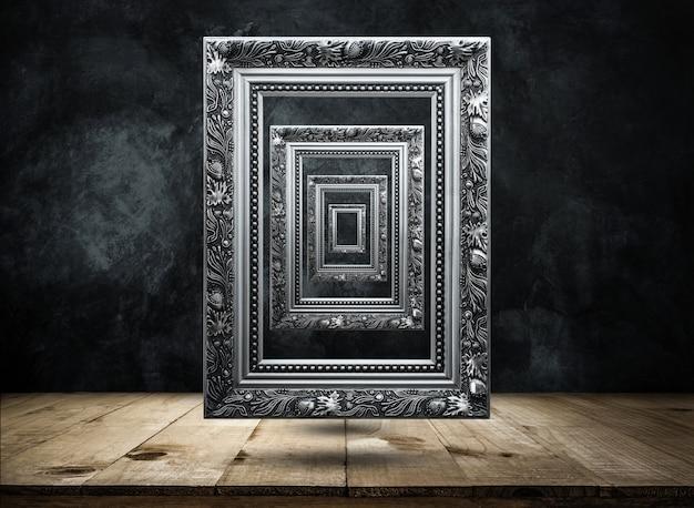 Silver antique picture cadre sur un mur de grunge noir avec plateau de table en bois mystérieux, confus, arrière-plan Photo Premium