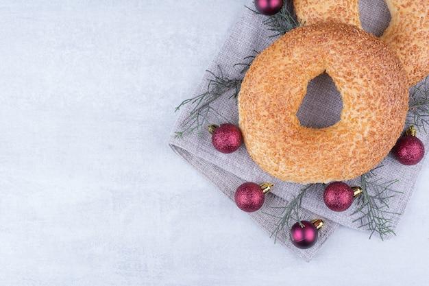 Simits Turcs Avec Des Boules De Noël Sur La Nappe. Photo gratuit