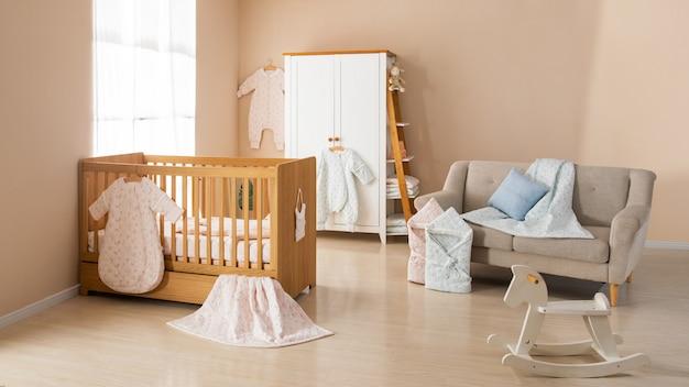 Simple chambre blanche pour bébé avec lit et tapis Photo Premium
