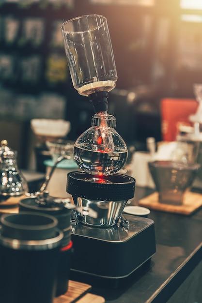 Siphon coffee maker cafe dans un café couleur vintage Photo Premium