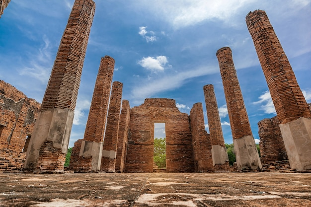 Site Archéologique Antique Ou Architecture Bouddhiste Au Parc Historique D'ayutthaya, Province D'ayutthaya, Thaïlande. Patrimoine Mondial De L'unesco Photo Premium