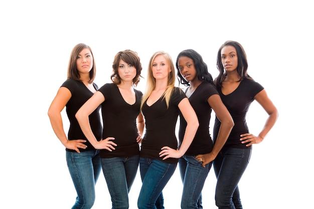 Six jeunes femmes attrayantes dans des t-shirts et des jeans assortis Photo Premium