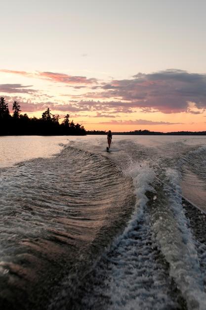 Ski nautique adolescente, dans, a, lac, de, les, woods, ontario, canada Photo Premium