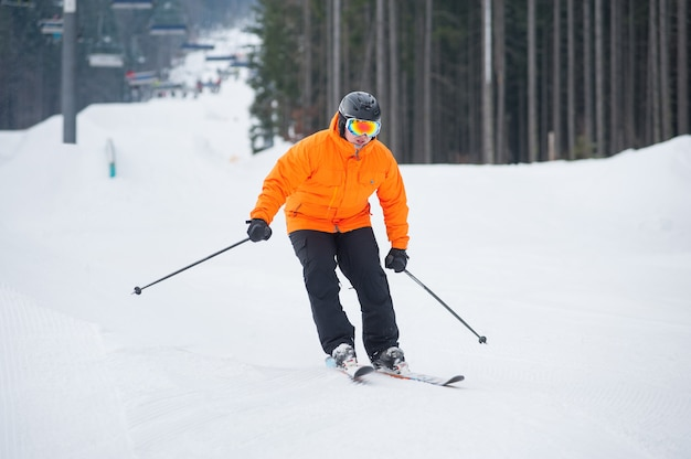 Skieur, ski alpin, ski, contre, téléski Photo Premium
