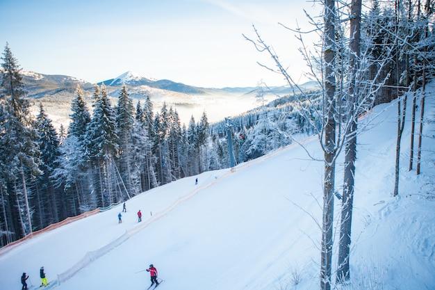 Les Skieurs Sur Les Remontées Mécaniques Montent à La Station De Ski Avec De Belles Forêts Photo gratuit