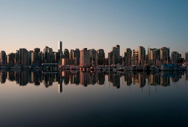 Skyline au crépuscule à vancouver, colombie-britannique, canada Photo Premium