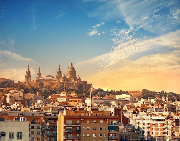 Skyline de barcelone avec le musée national (museu nacional d'art de catalunya) au coucher du soleil Photo Premium