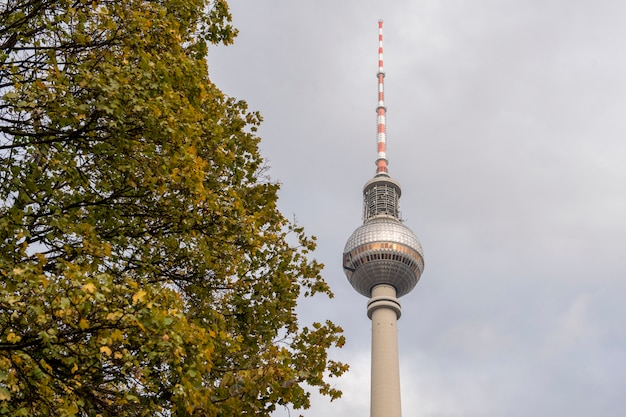 Skyline de berlin avec la célèbre tour de télévision sur alexanderplatz et cloudscape dramatique au coucher du soleil, allemagne Photo Premium