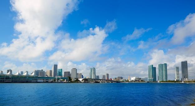 Skyline ensoleillé du centre-ville de miami en floride, états-unis Photo Premium