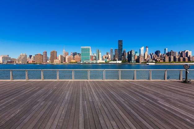 Skyline ensoleillée de manhattan à new york east river nyc Photo Premium