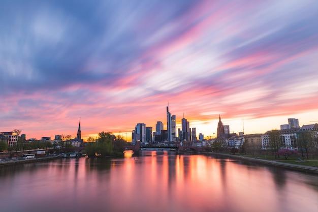 Skyline de francfort et rivière principale au coucher du soleil Photo Premium