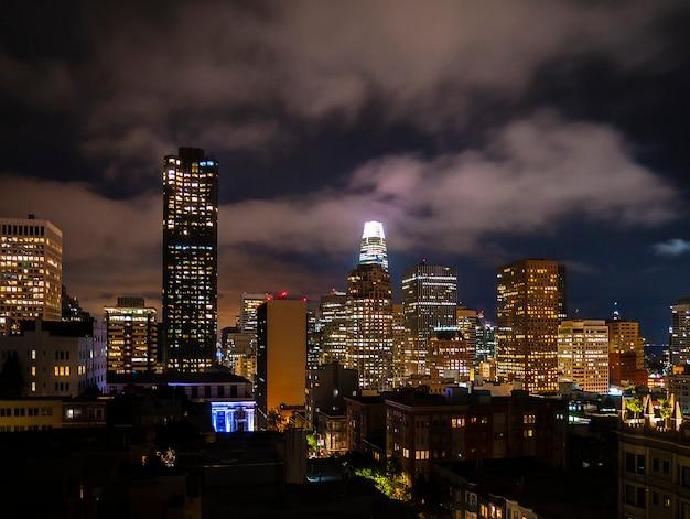 Skyline de nuit de san francisco et paysage avec des gratte-ciels Photo Premium