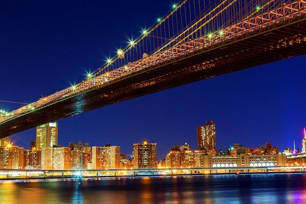 Skyline spectaculaire du pont de brooklyn à new york dans la nuit Photo Premium