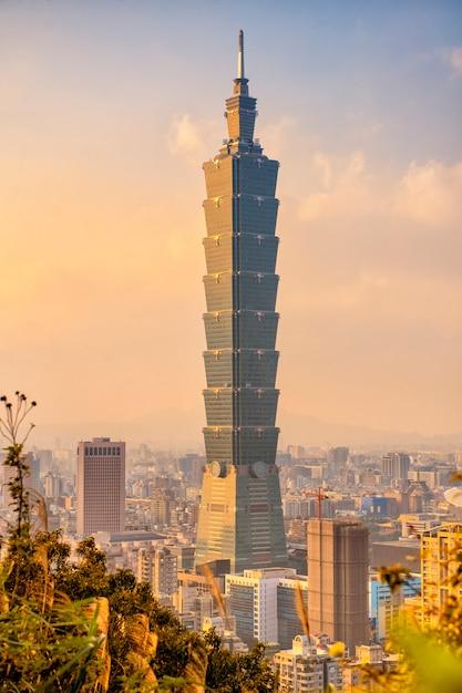 Skyline de la ville de taipei avec tour 101 au coucher du soleil Photo Premium