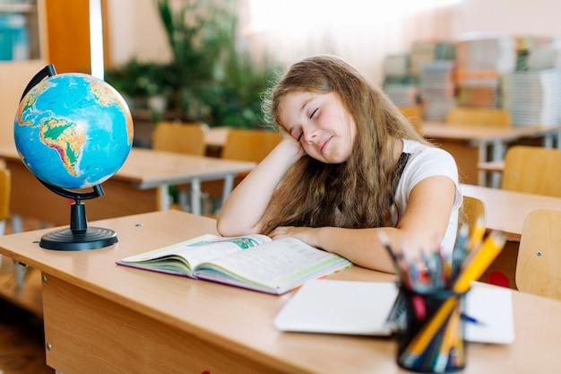 Sleepy girl on lesson Photo gratuit