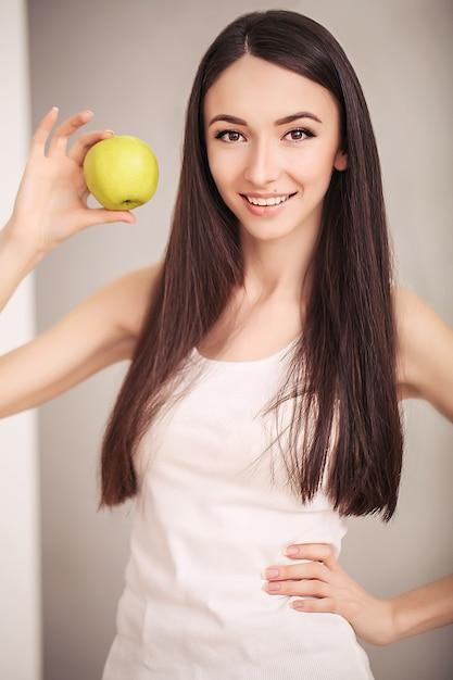Slim femme tenir dans la main pomme verte Photo Premium