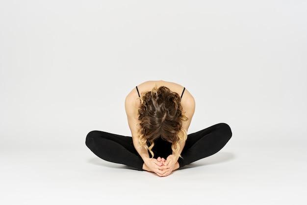 Slim Jeune Femme Pratique Le Yoga Et Les Exercices Photo Premium
