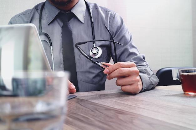 Smart médecin main travaillant avec un téléphone intelligent Photo Premium