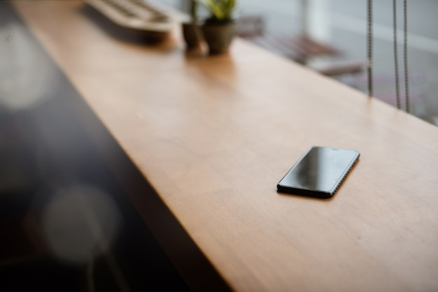 Smart Phone Place Sur Une Table En Bois Dans Un Café Photo Premium