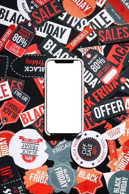 Smartphone sur les étiquettes colorées du vendredi noir Photo gratuit
