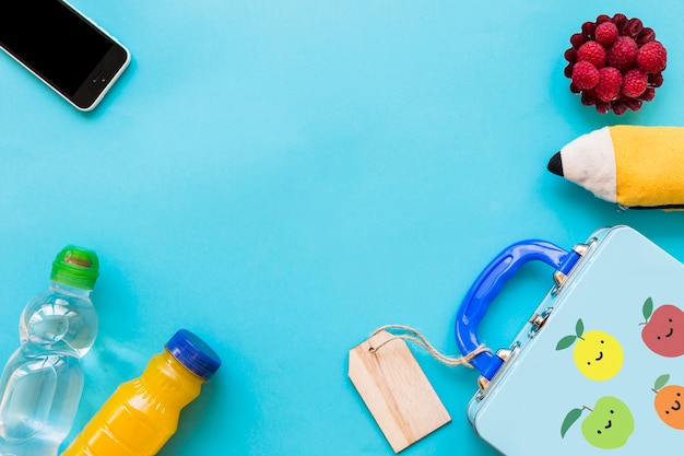 Smartphone et étui à crayons près d'aliments sains Photo gratuit