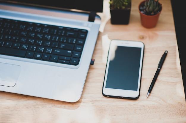 Smartphone Sujet Flou Sur Table En Bois Travaillant à La Maison Concept Photo Premium