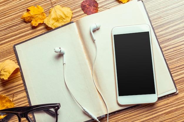 Smartphone sur une table en bois Photo Premium