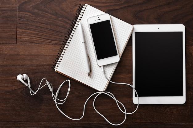 Smartphone et tablette avec écouteurs Photo Premium