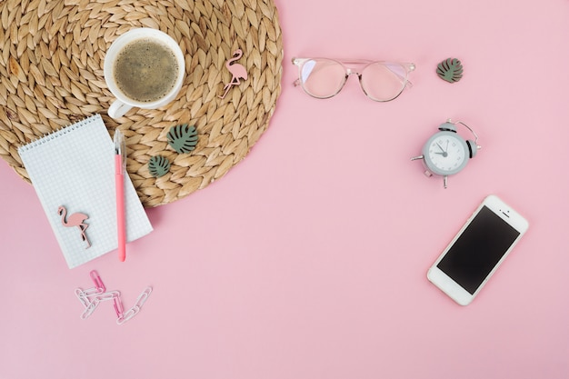 Smartphone avec tasse à café et bloc-notes sur la table Photo gratuit